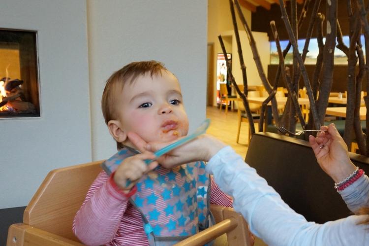 Baby beim alleine essen