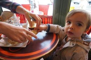 Leo beim petit déjeuner