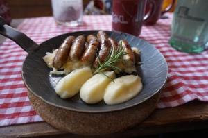 Nürnberger auf Sauerkraut und Kartoffelpüree