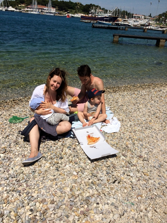 Pizzaessen am Strand